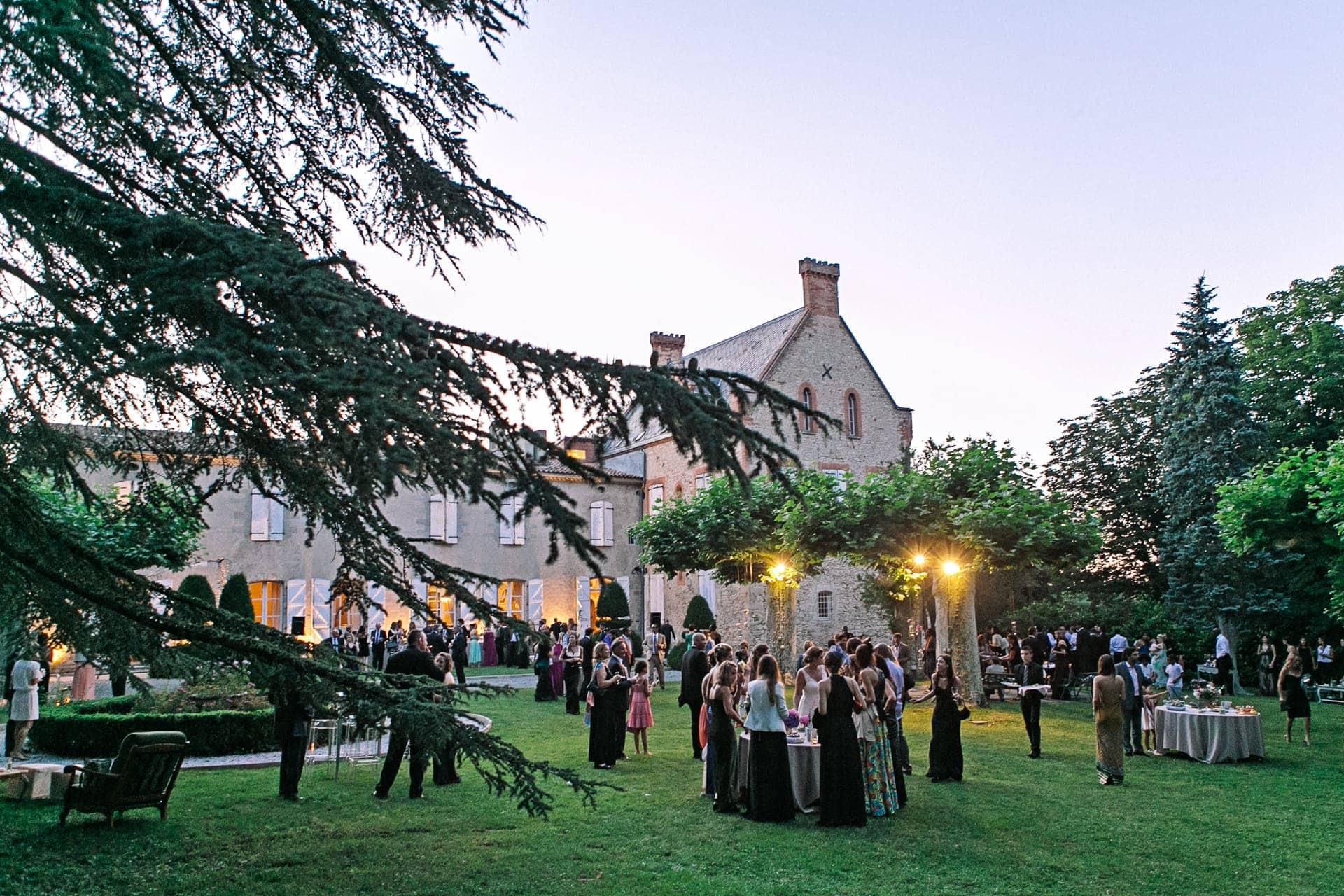 reception coktail au chateau du croisillat Ernestine et sa famille photographe de mariage à l'approche reportage