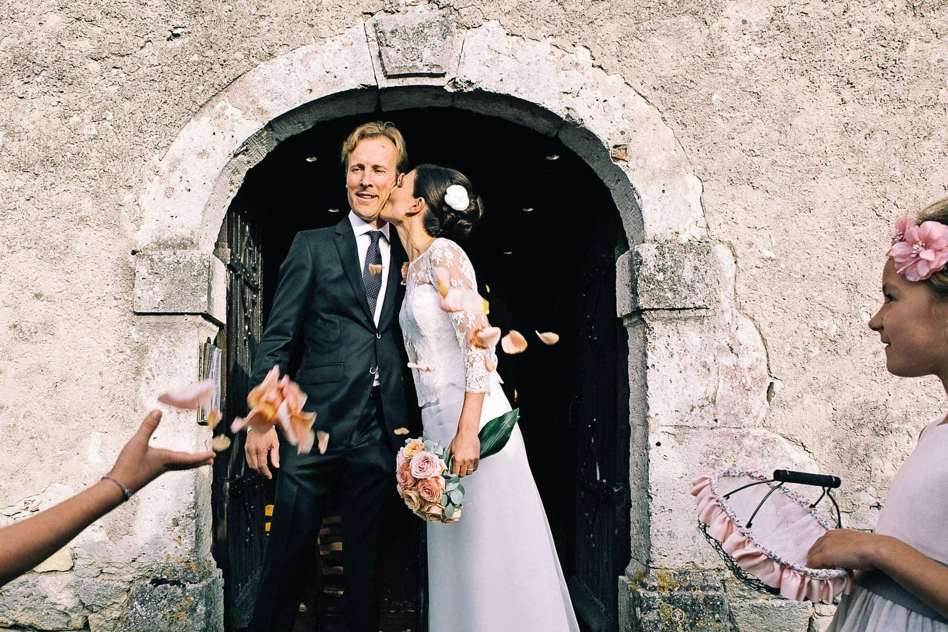 Sortie de l'église en dordogne Ernestine et sa famille photographe de mariage à l'approche reportage