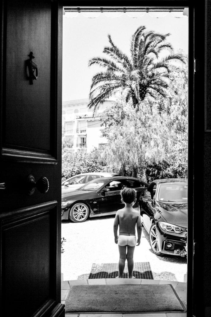 Petit garçon devant les voitures à Bandol Ernestine et sa famille photographe de mariage à l'approche reportage