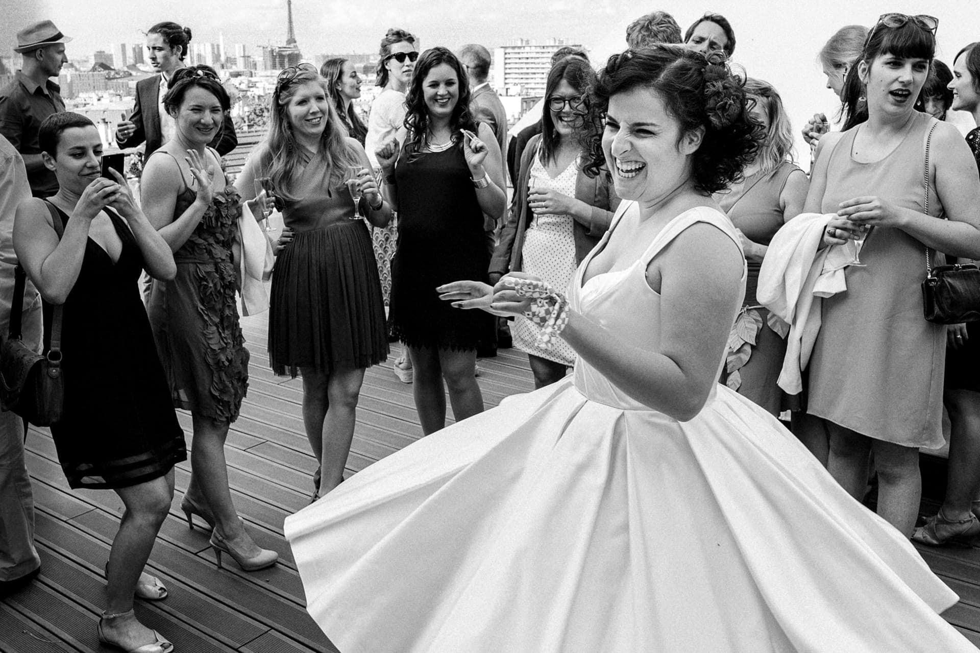 danse de la mariée pendant le cocktail par Photo des mains des mariés pendant la cérémonie laïque . Ernestine et sa famille photographe de mariage à l'approche reportage