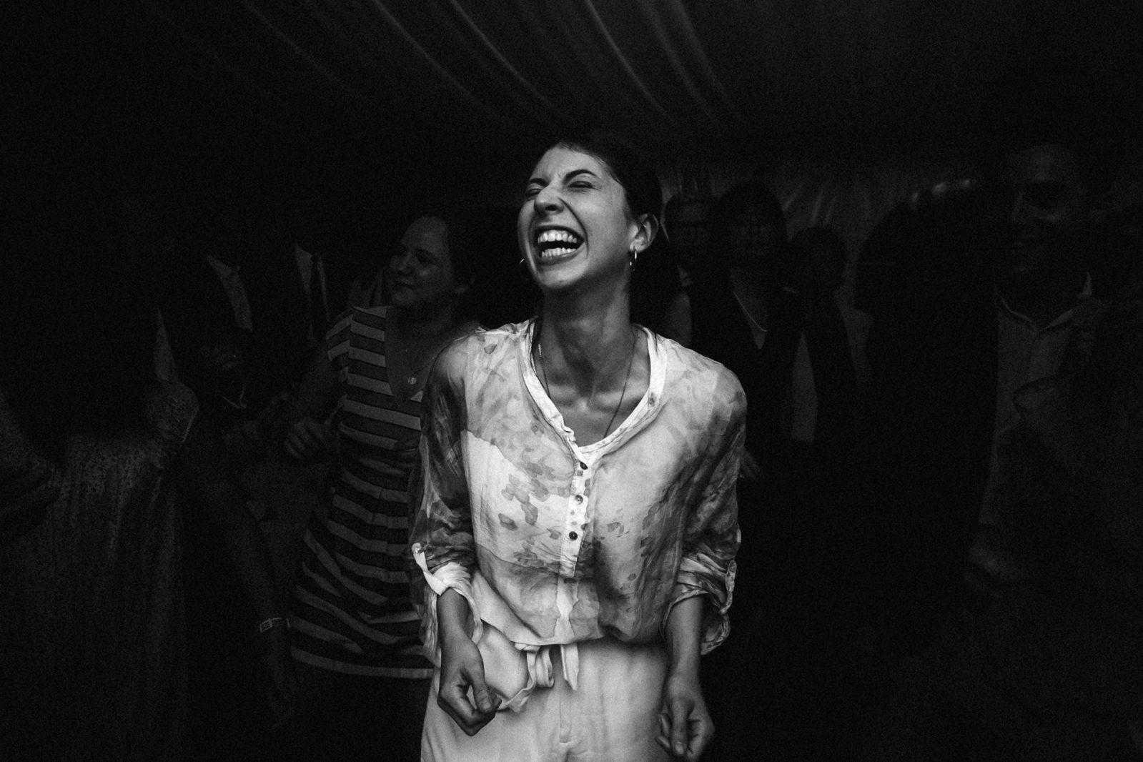 Rire d'un invité au Manoir de Kerouzien Ernestine et sa famille photographe de mariage à l'approche reportage