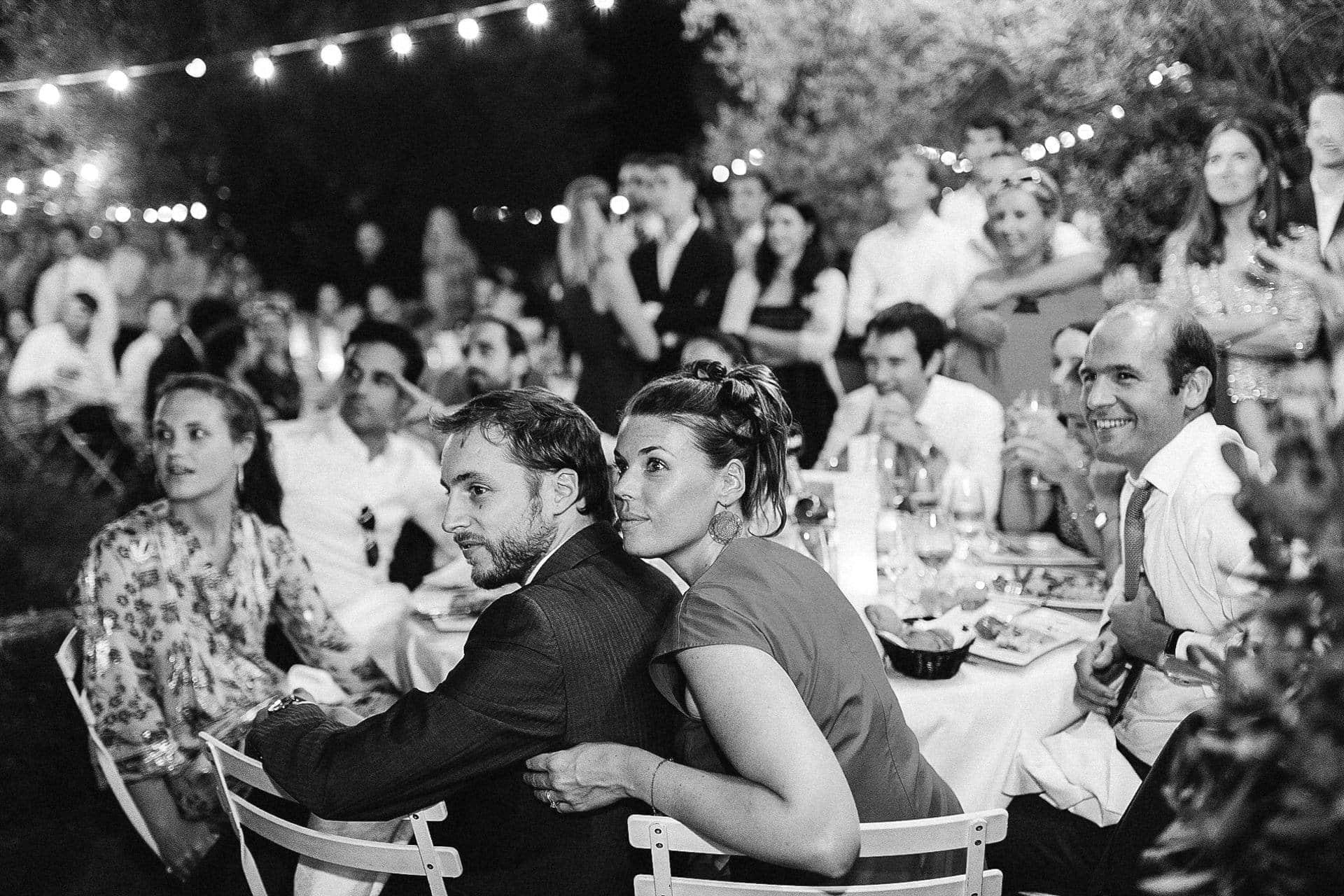 Diner sous les lampes guinguettes au domaine de la Bégude Ernestine et sa famille photographe de mariage à l'approche reportage