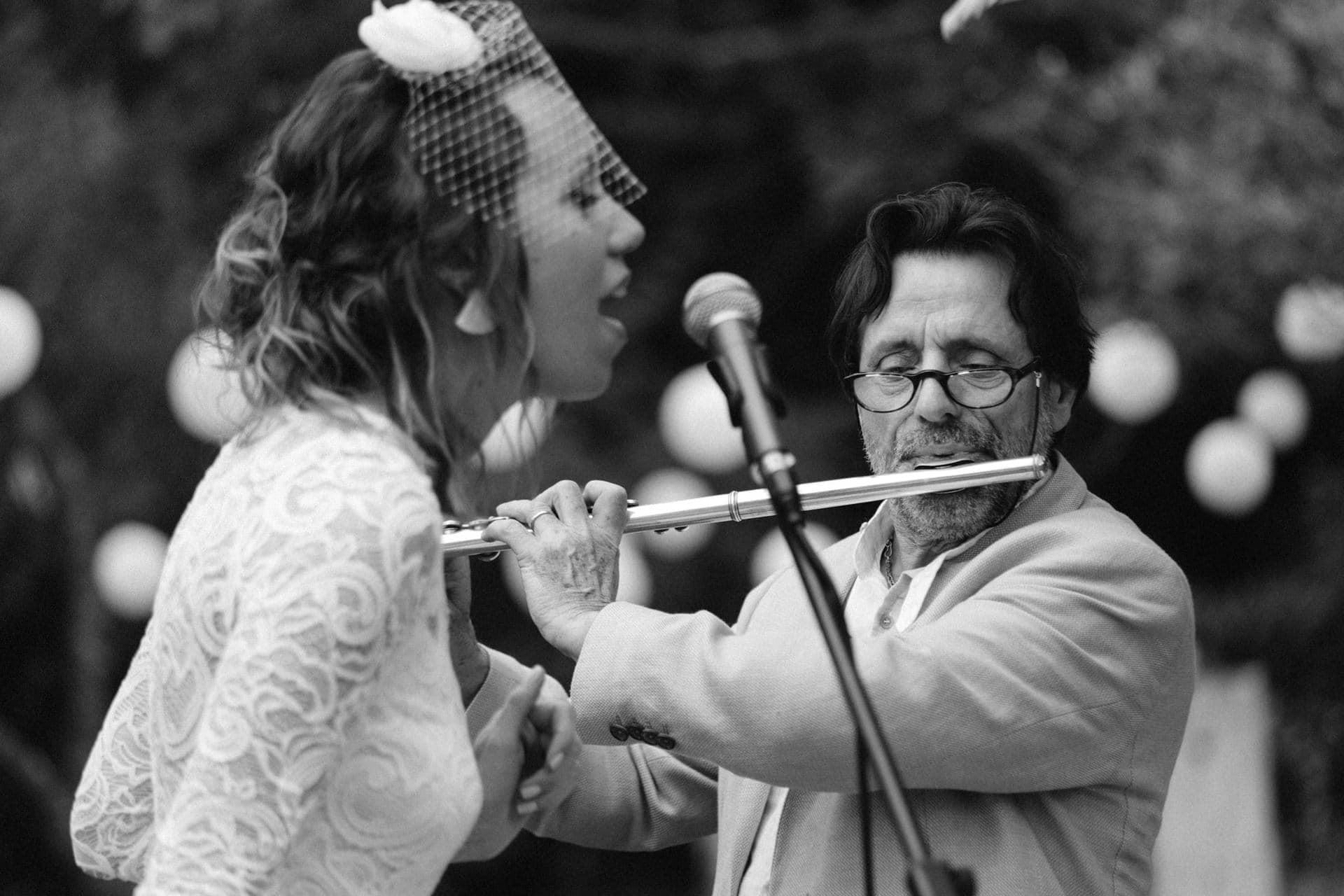 du père fille en musique Ernestine et sa famille photographe de mariage à l'approche reportage