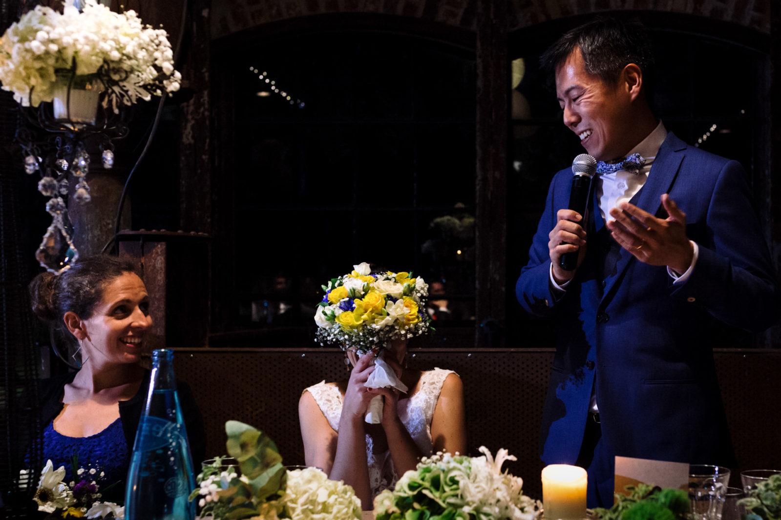 Discours du marié et mariée qui se cache aux Bonnes Joies Ernestine et sa famille photographe de mariage à l'approche reportage
