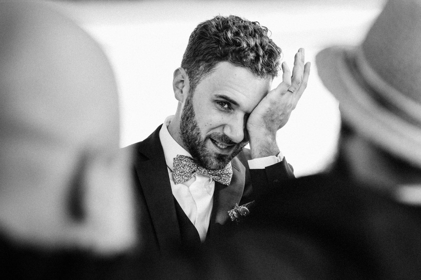 émotion du marié pendant la cérémonie de mariage Ernestine et sa famille photographe de mariage à l'approche reportage