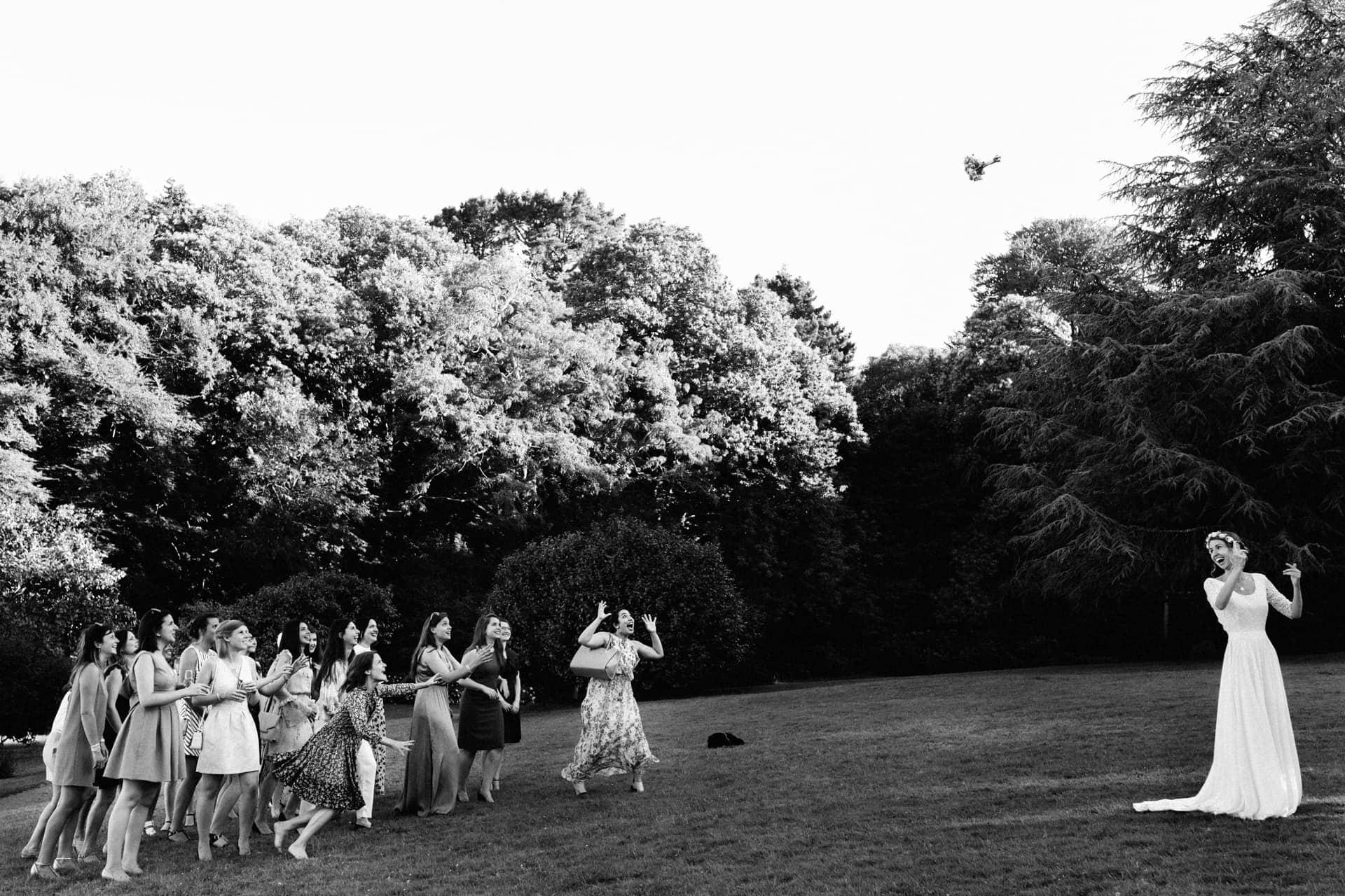 lancer de bouquet de la mariée au Manoir de Kerouzien par Ernestine et sa famille photographe de mariage à l'approche reportage