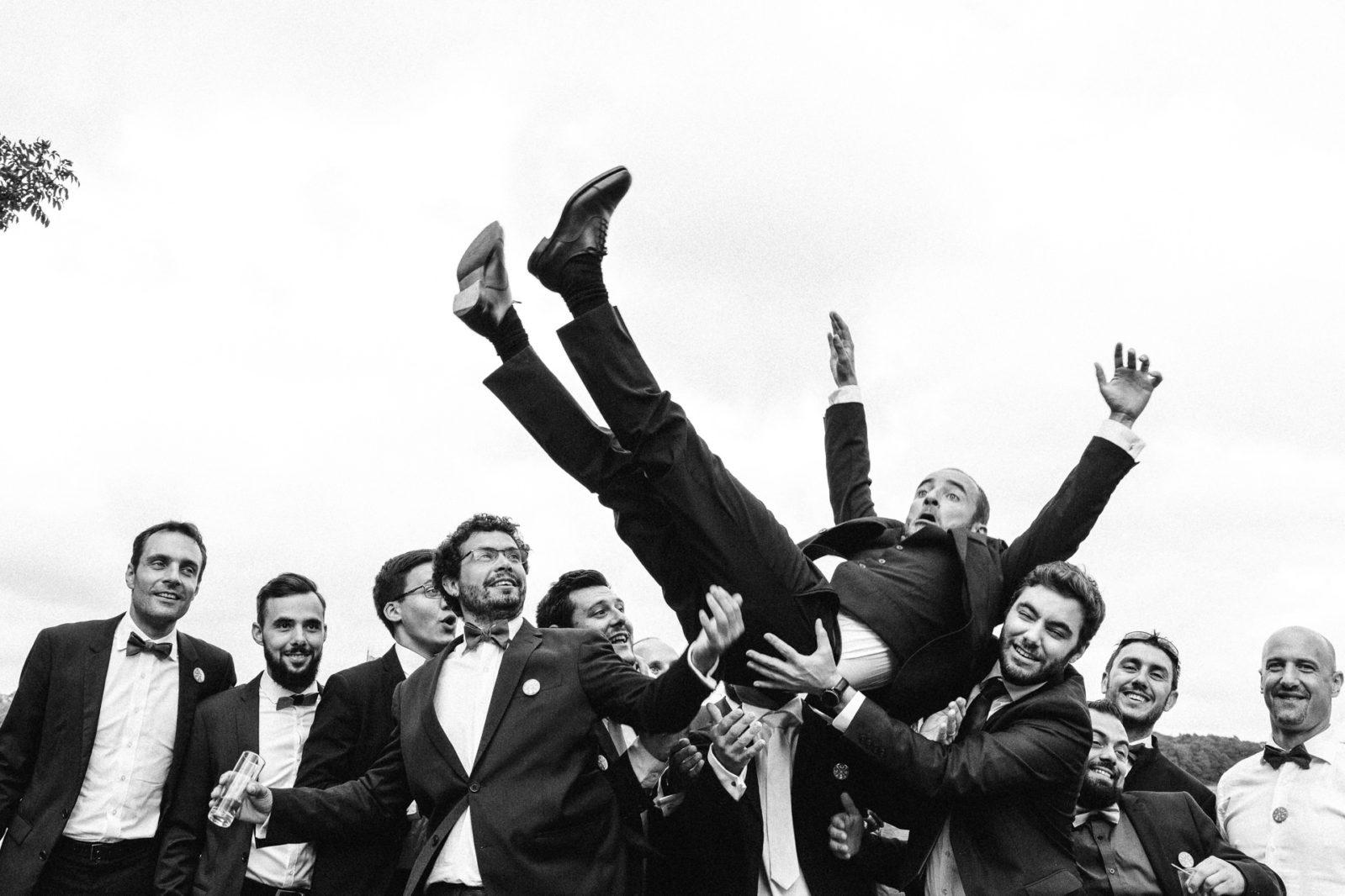 Le marié retombe sur les témoins au Manoir de Kerouzien par Ernestine et sa famille photographe de mariage à l'approche reportage