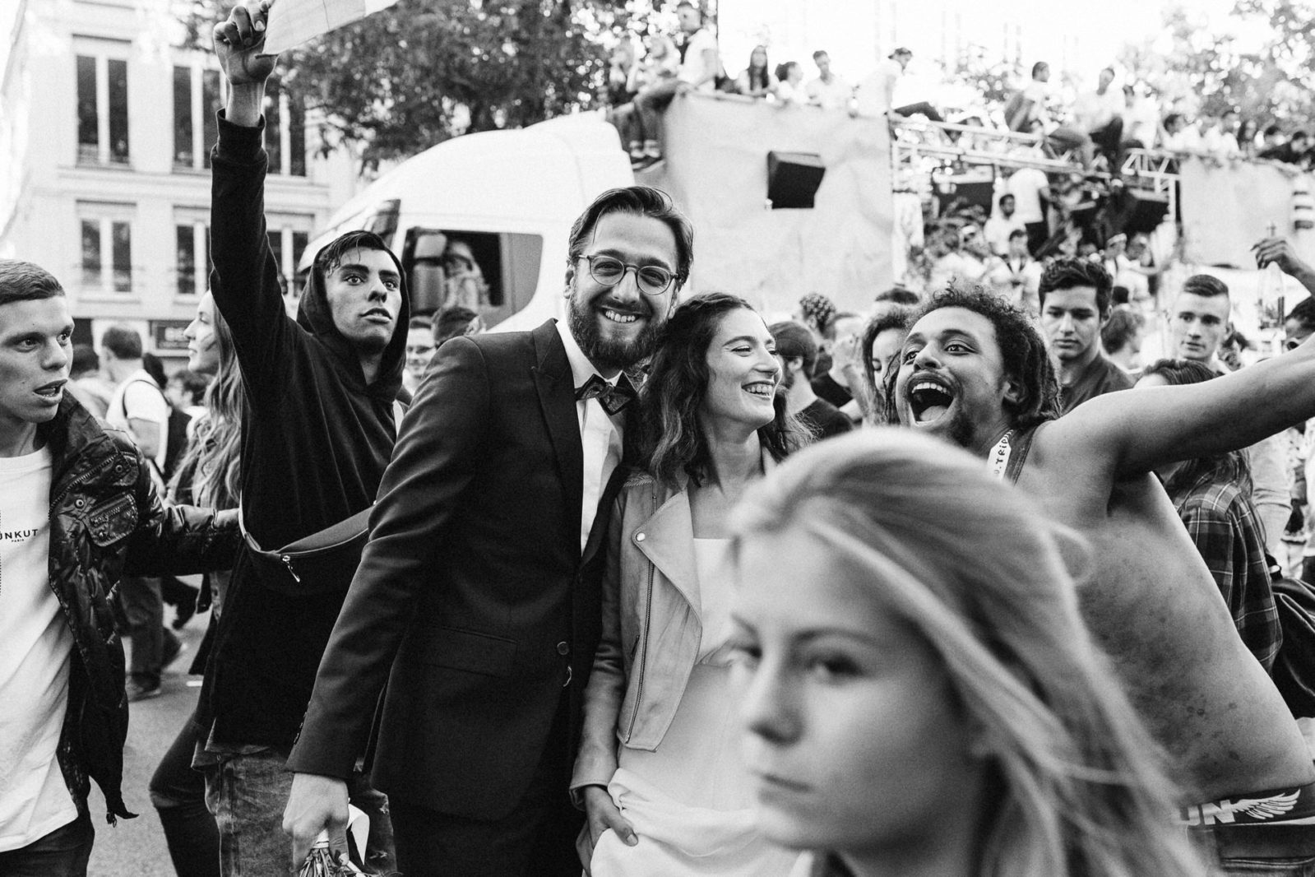 Des mariés pris dans la Techno parade - reportage de mariage à Paris par Ernestine et sa famille, Marine Poron