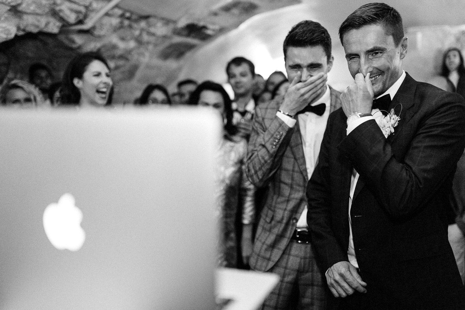 Emotion des mariés devant une surprise par Détail de la robe de mariée par Ernestine et sa famille photographe de mariage à l'approche reportage