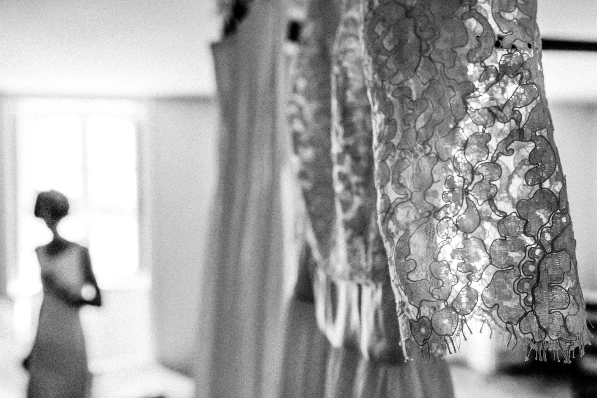 Détail de la robe de mariée par Ernestine et sa famille photographe de mariage à l'approche reportage