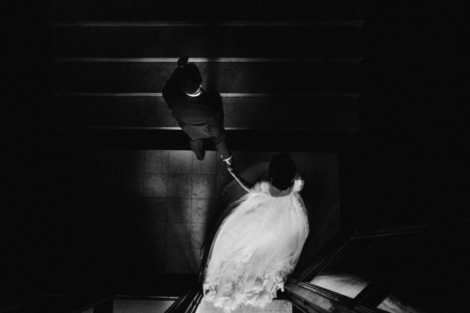 la fuite des mariés au Chateau de Chambly Photo des mains des mariés pendant la cérémonie laïque . Ernestine et sa famille photographe de mariage à l'approche reportage